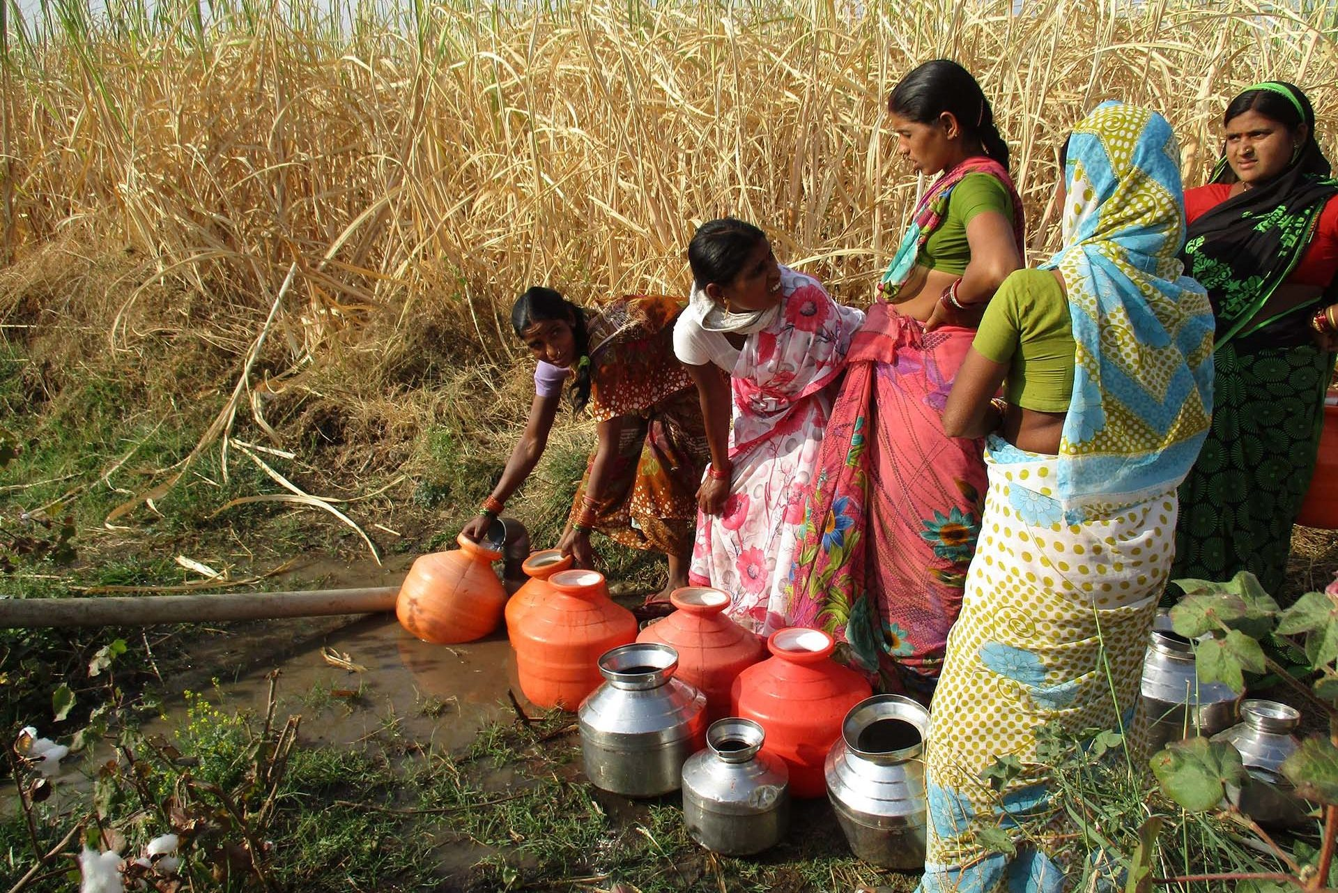 indian women getting water