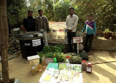 Bénéficiaires de projet devant des graines bio
