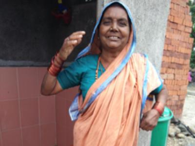 Indienne se tenant devant ses toilettes neuves