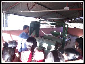 Explication du fonctionnement du moulin à un groupe de femmes indiennes