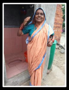 femme indienne devant les latrines neuves