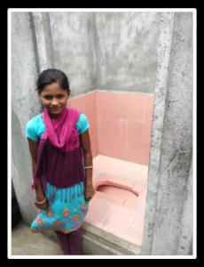 Jeune enfant devant les latrines neuves