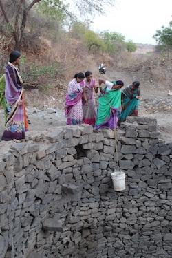 5 femmes indiennes au puits de Rajewadi