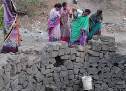 5 femems indiennes remontent de l'eau d'un puits