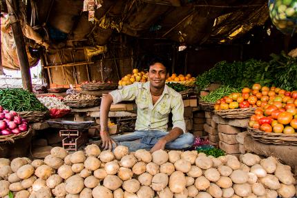 indien auto-entrepreuner vendant des fruits et des légumes